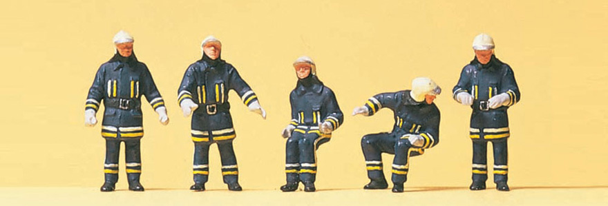 10487 Firemen. At the fire-engine